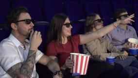Δύο ζεύγη κάθονται στον κινηματογράφο και τρώνε popcorn απόθεμα βίντεο