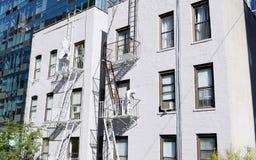 Δύο ζωγράφοι έντυσαν στις προστατευτικές φόρμες χρωματίζοντας την πυρκαγιά escap Στοκ εικόνες με δικαίωμα ελεύθερης χρήσης
