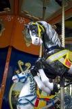 Δύο ζωηρόχρωμα άλογα ιπποδρομίων στο funfair Στοκ Εικόνες
