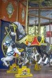 Δύο ζωηρόχρωμα άλογα ιπποδρομίων στο funfair Στοκ Φωτογραφία