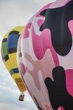 Δύο ζωηρόχρωμα μπαλόνια ζεστού αέρα στον ουρανό Στοκ εικόνα με δικαίωμα ελεύθερης χρήσης