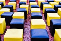 Δύο ζωηρόχρωμες καρέκλες στον κήπο Στοκ φωτογραφία με δικαίωμα ελεύθερης χρήσης
