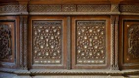 Δύο ζώνες arabesque ενός παλαιού ντουλαπιού εποχής mamluk με τις γεωμετρικές διακοσμήσεις στοκ εικόνα με δικαίωμα ελεύθερης χρήσης