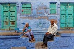 Δύο ηλικιωμένος άνθρωπος μπροστά από το μπλε σπίτι τους Στοκ Εικόνα