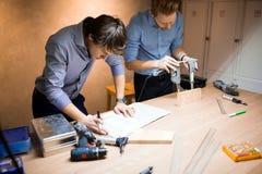 Δύο δημιουργικοί σχεδιαστές που εργάζονται στο εργαστήριο Στοκ φωτογραφία με δικαίωμα ελεύθερης χρήσης