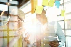 Δύο δημιουργικοί millenial μικροί ιδιοκτήτες επιχείρησης που εργάζονται στο κοινωνικό 'brainstorming' στρατηγικής μέσων που χρησι Στοκ φωτογραφίες με δικαίωμα ελεύθερης χρήσης