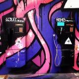 Δύο δημόσια τηλέφωνα που χρωματίζονται από το χρώμα ψεκασμού Στοκ φωτογραφίες με δικαίωμα ελεύθερης χρήσης
