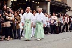 Δύο ηλικιωμένα ιαπωνικά άτομα στα παραδοσιακά ενδύματα Στοκ φωτογραφία με δικαίωμα ελεύθερης χρήσης
