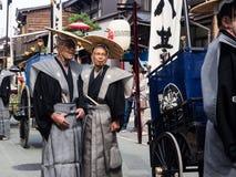 Δύο ηλικιωμένα ιαπωνικά άτομα στα παραδοσιακά κοστούμια Σαμουράι στοκ εικόνες