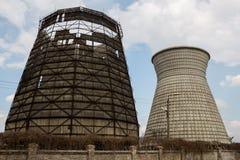 Δύο θερμικοί πύργοι ενός σταθμού παραγωγής ηλεκτρικού ρεύματος ενάντια στον ουρανό στοκ εικόνες