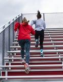 Δύο θηλυκοί αθλητές γυμνασίου που συσσωρεύουν τους λευκαντές στοκ εικόνες