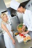 Δύο θηλυκοί αρχιμάγειρες στη γαστρονομική κουζίνα Στοκ φωτογραφία με δικαίωμα ελεύθερης χρήσης