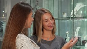 Δύο θηλυκοί φίλοι που επιλέγουν το κόσμημα για να αγοράσει στο κατάστημα απόθεμα βίντεο
