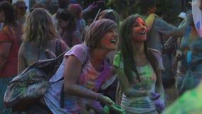 Δύο θηλυκοί φίλοι που ψεκάζουν το χρωματισμένο χρώμα στην ευτυχή στιγμή μαγνητοσκόπησης φίλων τους απόθεμα βίντεο
