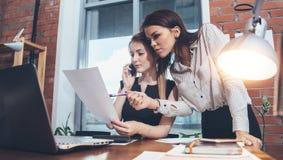Δύο θηλυκό συνάδελφοι στο γραφείο που λειτουργεί από κοινού στοκ εικόνες με δικαίωμα ελεύθερης χρήσης