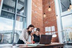 Δύο θηλυκό συνάδελφοι στο γραφείο που λειτουργεί από κοινού στοκ φωτογραφία με δικαίωμα ελεύθερης χρήσης