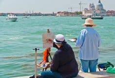 Δύο θηλυκοί καλλιτέχνες που χρωματίζουν στη Βενετία. στοκ φωτογραφία με δικαίωμα ελεύθερης χρήσης