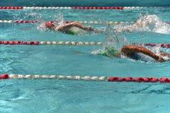 Δύο θηλυκοί κολυμβητές ελεύθερης κολύμβησης Στοκ Φωτογραφίες