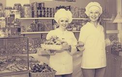 Δύο θηλυκοί πωλητές στη βιομηχανία ζαχαρωδών προϊόντων στοκ φωτογραφίες με δικαίωμα ελεύθερης χρήσης