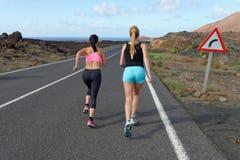 Δύο θηλυκοί τρέχοντας αθλητές. Στοκ Φωτογραφία