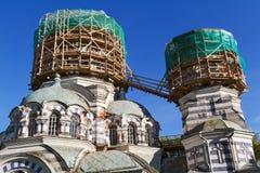 Δύο θόλοι της εκκλησίας στα υλικά σκαλωσιάς γύρω από τη μορφή Στοκ Εικόνες