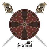 Δύο διέσχισαν τη σκωτσέζικη ορεινή περιοχή backsword και τη σκωτσέζικη ασπίδα μάχης που διακοσμήθηκε με τα στηρίγματα στον κελτικ ελεύθερη απεικόνιση δικαιώματος