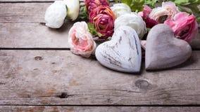 Δύο διακοσμητικά άσπρα ξύλινα καρδιές και λουλούδια Στοκ Φωτογραφία