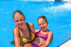 Δύο διαφορετικά παιδιά ηλικιών κολυμπούν στην πισίνα Στοκ Φωτογραφία