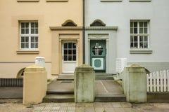 Δύο διαφορετικές είσοδοι οικοδόμησης δίπλα στο ένα άλλη Στοκ Εικόνες