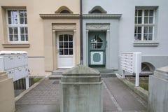 Δύο διαφορετικές είσοδοι οικοδόμησης δίπλα στο ένα άλλη Στοκ εικόνες με δικαίωμα ελεύθερης χρήσης
