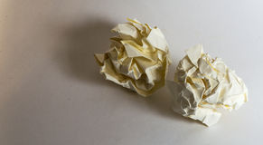 Δύο διαφορετικές τσαλακωμένες σφαίρες εγγράφου Στοκ Εικόνα