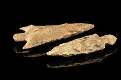 Δύο ινδικά arrowheads και μαύρο υπόβαθρο Στοκ Εικόνες