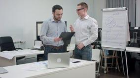 Δύο διοικητικοί συνεργάτες που διοργανώνουν την επιχειρησιακή συζήτηση στην αρχή απόθεμα βίντεο