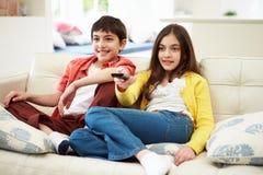 Δύο ισπανικά παιδιά που κάθονται στον καναπέ στοκ εικόνες