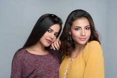 Δύο ισπανικές αδελφές εφήβων στοκ φωτογραφίες