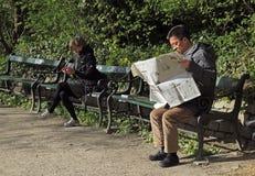 Δύο κάθονται στο πάρκο πάγκων δημόσια της Κοπεγχάγης στοκ εικόνες