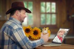 Δύο κάουμποϋ πίνουν το ουίσκυ on-line στοκ φωτογραφία με δικαίωμα ελεύθερης χρήσης