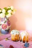 Δύο κέικ Πάσχας στη ρόδινη πετσέτα Στοκ Εικόνες
