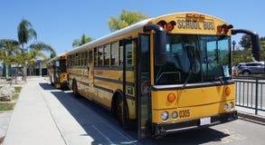 Δύο κίτρινα σχολικά λεωφορεία έτοιμα για το ταξίδι τομέων Στοκ φωτογραφίες με δικαίωμα ελεύθερης χρήσης