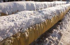 Δύο κίτρινοι παγωμένοι σωλήνες στη χειμερινή κινηματογράφηση σε πρώτο πλάνο Στοκ φωτογραφίες με δικαίωμα ελεύθερης χρήσης