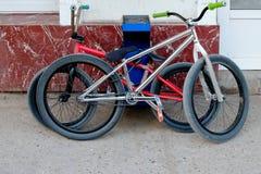 Δύο καθιερώνοντα τη μόδα ποδήλατα bmx κοντά στον τοίχο Στοκ Εικόνα