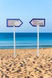 Δύο καθοδηγούν τη στάση στην αμμώδη παραλία στοκ φωτογραφία με δικαίωμα ελεύθερης χρήσης