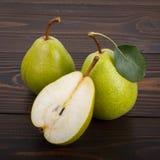 Δύο και μισά αχλάδια σε ένα ξύλινο υπόβαθρο Στοκ Εικόνες