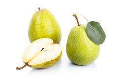 Δύο και μισά πράσινα αχλάδια πέρα από το άσπρο υπόβαθρο Στοκ Φωτογραφία
