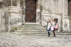 Δύο καλύτεροι φίλοι που περπατούν στην οδό Το νέο θηλυκό καλύτερο στοκ φωτογραφία με δικαίωμα ελεύθερης χρήσης