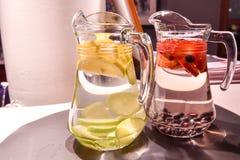 Δύο κανάτες των νωπών καρπών στο νερό που δημιουργεί τα κατ' οίκον γίνοντα helthy φρούτα στοκ εικόνα με δικαίωμα ελεύθερης χρήσης