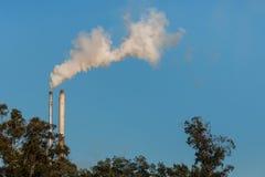Δύο καπνοδόχοι εργοστασίων με το διάστημα αντιγράφων Στοκ φωτογραφία με δικαίωμα ελεύθερης χρήσης
