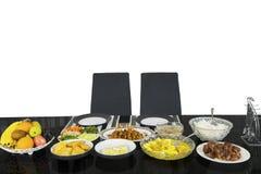 Δύο καρέκλες με τα γεύματα για να σπάσει το γρήγορο στοκ φωτογραφίες