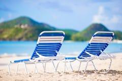 Δύο καρέκλες σαλονιών στην όμορφη τροπική παραλία στις Μαλδίβες Στοκ Εικόνα