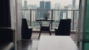 Δύο καρέκλες στο πεζούλι απόθεμα βίντεο